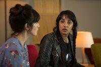 Alison Speirs (Caroline Catz, l.) und Maheeda Abaasi (Kiran Sonia Sawar) gehören zu der gleichen Therapiegruppe wie die Verstorbene. Wissen sie etwas über den plötzlichen Tod von Jane Crawford?