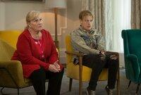 Die Reinigungskraft Mary Costair (Michelle Dotrice) und Miles Stevens (Freddie Fox) gehören zu der gleichen Therapiegruppe wie die Verstorbene.
