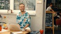 Jan Böhmermann genießt die Sommerpause des NEO MAGAZIN ROYALE und arbeitet im Freien.