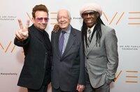 Während seiner vierjährigen Präsidentschaft hielten Jimmy Carters enge Beziehungen mit zahllosen Stars der Pop-, Jazz-, Country- und Gospelmusik an. Er posiert hier mit Bono (li.) und Nile Rodgers (re.) bei der Gala der Stiftung We Are Family im Jahr 2016.