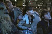 Solo: A Star Wars Story Joonas Suotamo als Chewbacca, Woody Harrelson als Beckett, Emilia Clarke als Qi'ra, Alden Ehrenreich als Han Solo SRF/2017 Lucasfilm Ltd. & ™