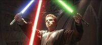 Obi-Wan und Anakin (Hayden Christensen) entdecken recht schnell, dass mehr als nur ein simpler Mordversuch hinter dem Anschlag auf die Senatorin Amidala steckt ...