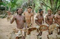 Bei Festen führen Zulu-Tänzer in traditioneller Kleidung altüberlieferte Tänze aus.