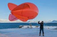 """Es ist die größte Arktis-Expedition aller Zeiten: Im September 2019 macht sich der deutsche Eisbrecher """"Polarstern"""" auf den Weg und driftet eingefroren für ein Jahr durch die Eiswüste nahe des Nordpols. An Bord: die besten Wissenschaftler ihrer Generation. Ihre Aufgabe: Daten sammeln – über den Ozean, das Eis und die Atmosphäre. Die Mission: den Klimawandel verstehen. Die Corona-Pandemie stellt die Crew vor zusätzliche Herausforderungen.Der Dokumentarfilm liefert eine spektakuläre Nahaufnahme der """"MOSAiC""""-Expedition des Alfred-Wegener-Instituts, Helmholtz-Zentrum für Polar- und Meeresforschung (AWI). Er wird produziert von der UFA Show & Factual in Kooperation mit dem rbb, NDR und HR für Das Erste. - Nicht nur das Team musste bestens vorbereitet sind, sondern auch die Ausrüstung. Vor der Expedition fanden Testflüge mit dem Forschungsballon """"Miss Piggy"""" auf Spitzbergen statt."""