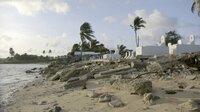 Steigendes Wasser hat bereits Gräber ins Meer gewaschen, Friedhof in Majuro, Marschall Inseln. 05.01.2014.