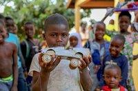 Spielzeuge für Kinder werden in Bafilo, Togo, aus den verschiedensten Materialien gebaut.