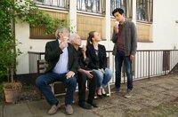 Günter (Wolfgang Winkler, l.), Edwin (Tilo Prückner, l.) und Vicky (Katja Danowski, 2.v.r.) sind sich einig – die Lösung des Falls ist Huis (Aaron Le, r.) Verdienst.