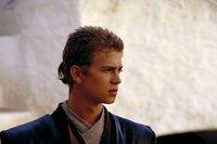 Hin- und hergerissen zwischen Pflichterfüllung und jugendlichem Leichtsinn, zwischen Bescheidenheit und Arroganz, zwischen dem Kodex der Jedi-Ritter und seiner Liebe zu Padmé Amidala: Anakin Skywalker (Hayden Christensen) ...