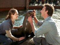 Tierpfleger Max Hay (Heio von Stetten) erklärt einer Kollegin, wie sensibel Seehunde sind.