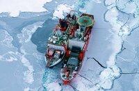 """Es ist die größte Arktis-Expedition aller Zeiten: Im September 2019 macht sich der deutsche Eisbrecher """"Polarstern"""" auf den Weg und driftet eingefroren für ein Jahr durch die Eiswüste nahe des Nordpols. An Bord: die besten Wissenschaftler ihrer Generation. Ihre Aufgabe: Daten sammeln – über den Ozean, das Eis und die Atmosphäre. Die Mission: den Klimawandel verstehen. Die Corona-Pandemie stellt die Crew vor zusätzliche Herausforderungen. Der Dokumentarfilm liefert eine spektakuläre Nahaufnahme der """"MOSAiC""""-Expedition des Alfred-Wegener-Instituts, Helmholtz-Zentrum für Polar- und Meeresforschung (AWI). Er wird produziert von der UFA Show & Factual in Kooperation mit dem rbb, NDR und HR für Das Erste. - Eisbrecher-Rendezvous - gemeinsam machen sich die deutsche Polarstern und die russische Akademik Fedorov auf die schwierige Suche nach einer geeigneten Eisscholle."""