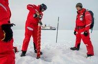"""Es ist die größte Arktis-Expedition aller Zeiten: Im September 2019 macht sich der deutsche Eisbrecher """"Polarstern"""" auf den Weg und driftet eingefroren für ein Jahr durch die Eiswüste nahe des Nordpols. An Bord: die besten Wissenschaftler ihrer Generation. Ihre Aufgabe: Daten sammeln – über den Ozean, das Eis und die Atmosphäre. Die Mission: den Klimawandel verstehen. Die Corona-Pandemie stellt die Crew vor zusätzliche Herausforderungen. Der Dokumentarfilm liefert eine spektakuläre Nahaufnahme der """"MOSAiC""""-Expedition des Alfred-Wegener-Instituts, Helmholtz-Zentrum für Polar- und Meeresforschung (AWI). Er wird produziert von der UFA Show & Factual in Kooperation mit dem rbb, NDR und HR für Das Erste. - Kann sie das Forschungscamp tragen? Mithilfe von Eisbohrern wird die Eisscholle auf Dicke und Beschaffenheit geprüft."""