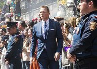 Bond (Daniel Craig, M.) verfolgt Marco Sciarra während des Festzuges am Tag der Toten.