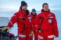 """Es ist die größte Arktis-Expedition aller Zeiten: Im September 2019 macht sich der deutsche Eisbrecher """"Polarstern"""" auf den Weg und driftet eingefroren für ein Jahr durch die Eiswüste nahe des Nordpols. An Bord: die besten Wissenschaftler ihrer Generation. Ihre Aufgabe: Daten sammeln – über den Ozean, das Eis und die Atmosphäre. Die Mission: den Klimawandel verstehen. Die Corona-Pandemie stellt die Crew vor zusätzliche Herausforderungen.Der Dokumentarfilm liefert eine spektakuläre Nahaufnahme der """"MOSAiC""""-Expedition des Alfred-Wegener-Instituts, Helmholtz-Zentrum für Polar- und Meeresforschung (AWI). Er wird produziert von der UFA Show & Factual in Kooperation mit dem rbb, NDR und HR für Das Erste. - v.l.n.r.: Co-Koordinator Matthew Shupe, Co-Fahrtleiter Marcel Nicolaus und Expeditionsleiter Markus Rex beraten sich über den Aufbau des Forschungscamps."""