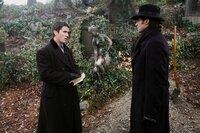 Ende des 19. Jahrhunderts treffen die beiden aufstrebenden Magier Robert Angier (Hugh Jackman, r.) und Alfred Borden (Christian Bale, l.) in London erstmal aufeinander. Ihr freundschaftlicher Wettstreit artet im Laufe der Jahre allerdings zu einer erbitterten Rivalität aus ...