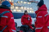 """Es ist die größte Arktis-Expedition aller Zeiten: Im September 2019 macht sich der deutsche Eisbrecher """"Polarstern"""" auf den Weg und driftet eingefroren für ein Jahr durch die Eiswüste nahe des Nordpols. An Bord: die besten Wissenschaftler ihrer Generation. Ihre Aufgabe: Daten sammeln – über den Ozean, das Eis und die Atmosphäre. Die Mission: den Klimawandel verstehen. Die Corona-Pandemie stellt die Crew vor zusätzliche Herausforderungen.Der Dokumentarfilm liefert eine spektakuläre Nahaufnahme der """"MOSAiC""""-Expedition des Alfred-Wegener-Instituts, Helmholtz-Zentrum für Polar- und Meeresforschung (AWI). Er wird produziert von der UFA Show & Factual in Kooperation mit dem rbb, NDR und HR für Das Erste. - Expeditionleiter Markus Rex (Mitte) bespricht mit Co-Koordinator Matthew Shupe (re.) in den ersten Tagen auf der Eisscholle den Aufbau des Forschungscamps."""