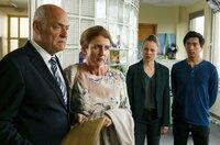 Vicky (Katja Danowski, 2.v.r.) und Hui (Aaron Le, r.) hören erstaunt, dass der Sohn von Thomas und Gerda Drack (Jochen Kolenda, l. und Julia Schmitt, 2.v.r.) offenbar entführt wurde.