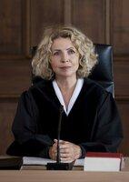 Hat ihren Gerichtsaal fest im Griff: Richterin Lena Kalbach (Michaela May).