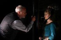 Olivia Wenscombe (Scarlett Johansson, r.) wird die neue Assistentin von Angier, denn Cutter (Michael Caine, l.)