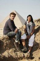Moderatoren Dallas Campbell und Liz Bonnin, sitzen auf einem Felsen mit der Pyramide von Gizeh im Hintergrund.