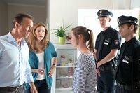 Als die Polizei vor der Tür steht, weil Emily (Johanna Werner, 3.v.r.) geklaut hat, machen sich Hannah (Rebecca Immanuel, 2.v.l.) und Mattes (Hannes Jaenicke, l.) große Sorgen um ihre Tochter. Da kommt ihnen eine scheinbar grandiose Idee ...