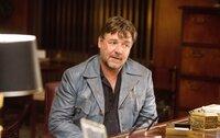 Der Auftragsschläger Jackson Healy (Russell Crowe) versucht den Fall zu lösen.