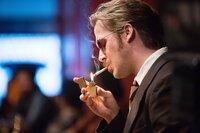 Privatdetektiv Holland March (Ryan Gosling) überlegt wie es weitergehen soll.