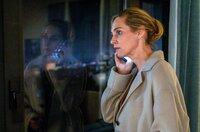 Judith (Sophie von Kessel) telefoniert mit ihrem Ex-Mann.