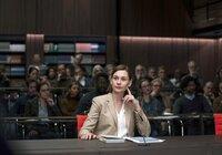 Verfassungsrechtlerin Prof. Litten (Christiane Paul) erläutert die komplexe Rechtslage zu Sterbehilfe.