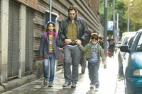 L-R:  Ana (Hanaa Bouchaib), Uxbal (Javier Bardem), Mateo (Guillermo Estrella)