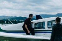 Mathieu (Mathieu Demy) und Baptista (Wendy Nieto) machen sich per Flugzeug auf den Weg zu der Insel, auf der sie Nina vermuten.