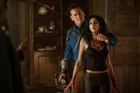 Ash Williams (Bruce Campbell) und Kelly (Dana DeLorenzo)