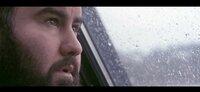 Obwohl sich Sebastián von seinem Vater Manuél im Stich gelassen fühlt, will er ihm beweisen kein Versager zu sein und begibt sich dadurch in einen Konflikt zwischen Anerkennung und erneuter Zurückweisung. Eine Produktion der Filmakademie Baden-Württemberg und der Kojoten Filmproduktion GmbH in Koproduktion mit SWR und NDR. Sebastían (José Barros) schaut nachdenklich aus dem Fenster.