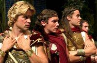Alexander der Große (Colin Farrell, l.) mit seinen Heerführern Cassander (Jonathan Rhys-Meyers, M.) und Hephaistion (Jared Leto, r.).