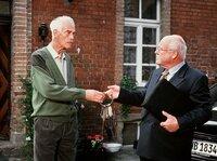 Tradition vs. Moderne: Friedrich Lütjohann (Rolf Illig, links) übergibt dem Unternehmer Walter Berentzen (Hans Teuscher) die Schlüssel zum Schloss Sandin.