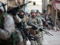 Sein Vater teilte die Menschen in Schafe, Wölfe und Hütehunde ein. U.S. Navy SEAL Chris Kyle (Bradley Cooper, 2.v.r.) sieht sich als Hütehund, einer, der Schwächeren beisteht und die ganze Herde schützen muss. Als erfolgreichster Scharfschütze aller Zeiten setzt er mehr als 160 tödliche Treffer ...