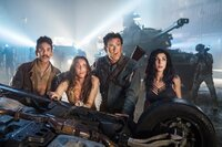 V.l.: Pablo Simon Bolivar (Ray Santiago), Brandy Barr  (Arielle Carver-O'Neill ), Ashley 'Ash' J. Williams (Bruce Campbell), Kelly Maxwell (Dana DeLorenzo)