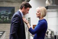 Der Schein trügt. Die Beziehung zwischen Vivien Lake (Herminone Norris) und ihrem Mann Jeremy (Enzo Cilenti) ist alles andere als glücklich.