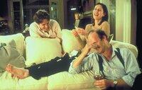 Nach unermüdlichen Versuchen gelingt es Max (Tim McInnerny, r.) und Bella (Gina McKee, M.), den enttäuschten William (Hugh Grant, l.) wieder aufzurichten. Da kommt Anna zu Dreharbeiten nach London ...