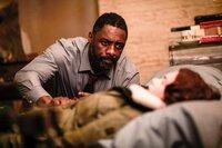 DCI John Luther (Idris Elba) kümmert sich rührend um die verletzte Alice Morgan (Ruth Wilson).