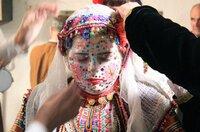 Zwischen den Rhodopen und dem Piringebirge, eine der ärmsten Gegenden Bulgariens, prägen in manchen Bergdörfern Moscheen statt Kirchen die wunderschöne Landschaft. Hier leben geschätzte 200.000 bulgarische Bergmuslime, auch Pomaken genannt. In den Gebirgsdörfern versuchen sie, ihre kulturelle Identität und Religion zu bewahren. Die Autorin Britta Wulf begleitet eine Hochzeit dieser Minderheit, die traditionell im Winter stattfindet, und erkundet, wie sich Sprache und Kultur erhalten konnten. - Drehteam bei den Hochzeitsvorbereitungen.