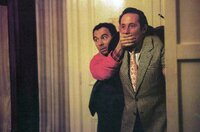 Bernard (Gérard Jugnot, li.) versucht, Michel (Jean Rochefort, re.) zu beruhigen.