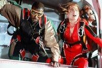 Widerwillig führt Fallschirmspringerin Jessie Crossman (Yancy Butler, r.) den US-Marshall Pete Nessip (Wesley Snipes, l.) in die Fallschirmspringer-Szene ein ...