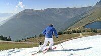Skifahren im Grünen: Mitte Oktober eröffnet Kitzbühel seine ersten Pisten. Skifahren auf Kunstschnee bei 20 Grad zur Saisoneröffnung.