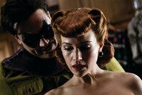 Zunächst hat The Comedian (Jeffrey Dean Morgan, l.) nichts Gutes mit Silk Spectre (Carla Gugino, r.) im Sinn. Doch dann verlieben sich die beiden - mit Folgen ...