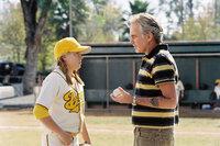 Nur aus Geldnot übernimmt Morris Buttermaker (Billy Bob Thornton, r.) die nahezu unlösbare Aufgabe, aus einer absolut untalentierten Horde Minderjähriger, ein passables Baseball-Team zu machen!