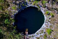"Terra X Abenteuer Karibik Mitten im Wald der Insel Abaco auf den Bahamas liegt der Eingang zum Blue Hole ""Sawmill Sink"". SRF/ZDF/Florian Huber"