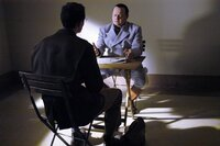 Der Gefängnis-Psychologe Gustave Gilbert (Adam Godley, links) befragt Hermann Göring (Robert Pugh) zu Hitler.