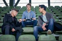 Edwin Bremer (Tilo Prückner, l.) und Hui Ko (Aaron Le, r.) mit dem verletzten Nachwuchs-Fußballer Leon (Nick Julius Schuck, M.).