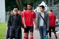 Edwin Bremer (Tilo Prückner, l.) und Hui Ko (Aaron Le, r.) befragen den FC-Köln-Fußballer Timo (Emmanuel Kämpfer) nach seinen verletzten Kollegen.