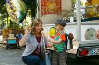 Gisela Carstens (Petra Nadolny, l.) kauft dem kleinen Finn (Florian Thürnagel, r.) einen Balloon.